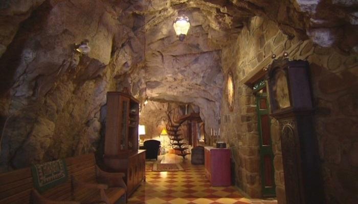 Широкий подземный коридор ведет в жилую зону пещерного дома (Аризона, США). | Фото: budport.com.ua.