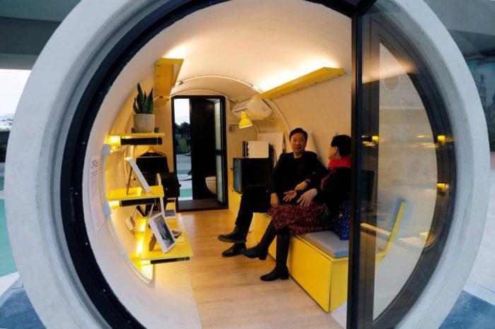 Многофункциональная гостиная может вместить даже гостей (OPod Tube House, Гонконг). | Фото: прорабофф.рф.