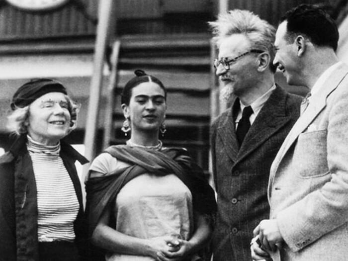 В 1937 г. Фрида Кало и Ривера дали приют Льву Троцкому и его жене Наталье Седовой. | Фото: mylandrover.ru.