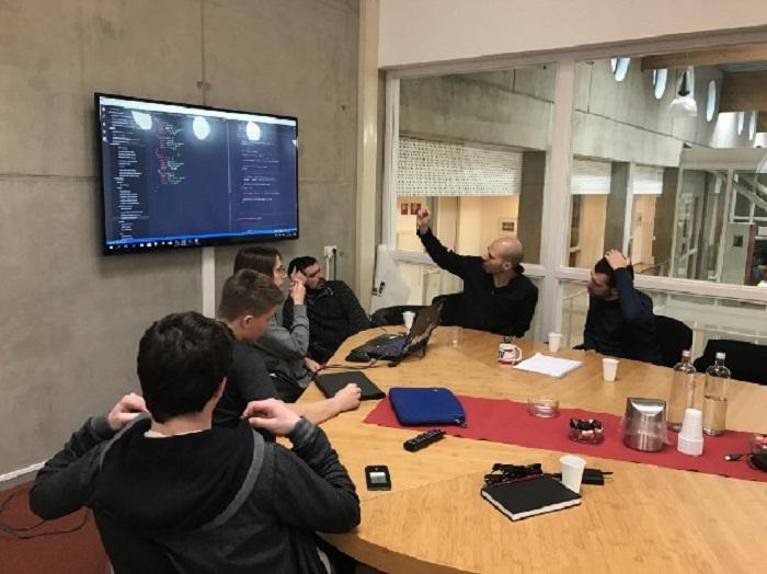 Тренер (учитель) лишь помогает наводящими вопросами, а учащиеся сами находят ответы (Agora College, Нидерланды). | Фото: niekee.nl.