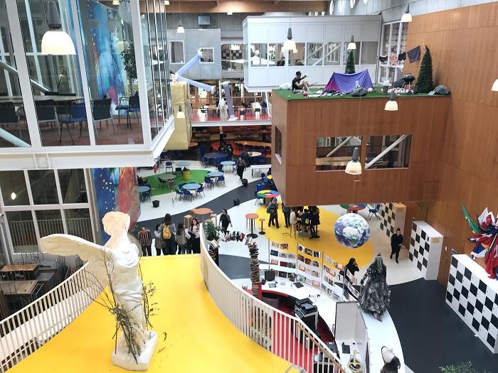 Огромный зал разделен на несколько зон, где ученики могут отдыхать, играть и получать знания (Agora College, Нидерланды). | Фото: janverweij.com.