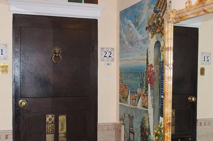 Фрески с неимоверно живописными пейзажами украшают стены возле квартир.