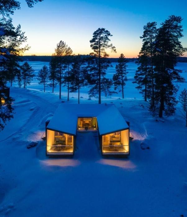 Каждый модульный блок состоит из трех отдельных домиков, установленных U-образно (Uni Villas, Финляндия). | designboom.com.