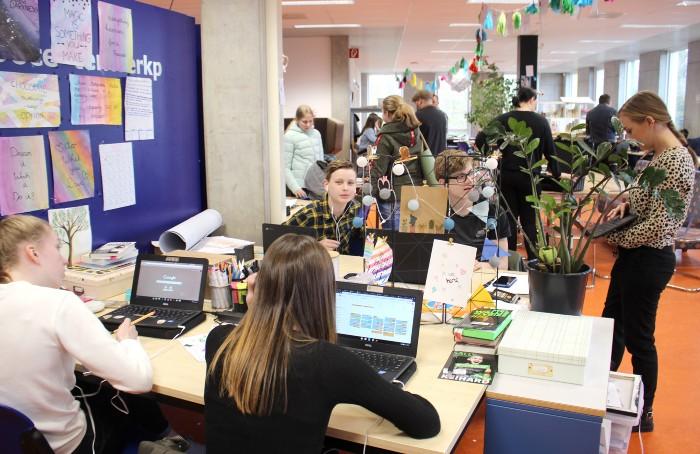 Учащимся Agora College разрешено пользоваться различной оргтехникой и гаджетами, чтобы получать информацию из интернета (Нидерланды). | Фото: lifter.com.ua.