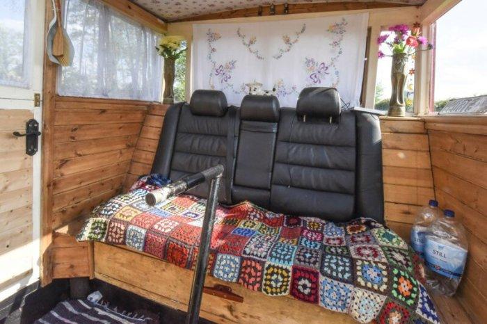 Рулевая часть баржи одновременно выполняет роль спальной комнаты для Билли. | Фото: myseldon.com.