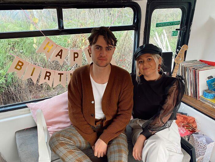 Чарли МакВикар и ее парень Люк Уокер решились на покупку двухъярусного автобуса. | Фото: boredpanda.com.
