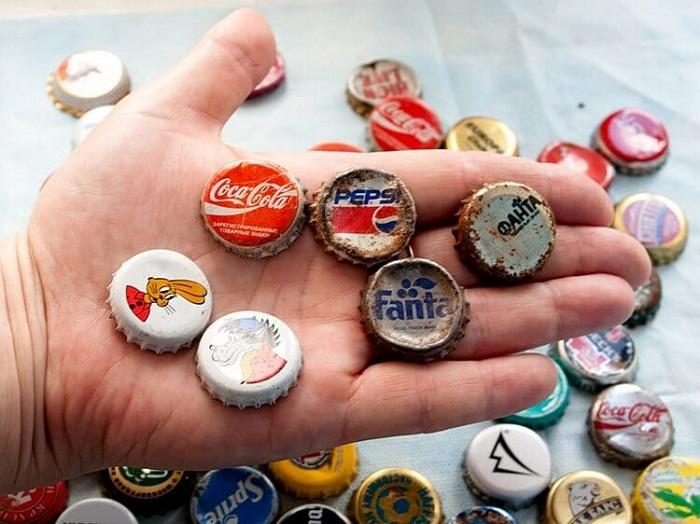 Коллекция металлических крышек от бутылок.