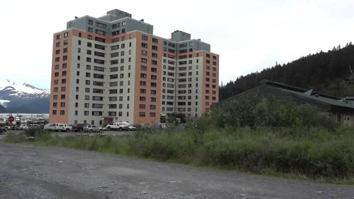 Все жители города Уиттиер живут в одном доме (Аляска, США). | Фото: fazo.tv.