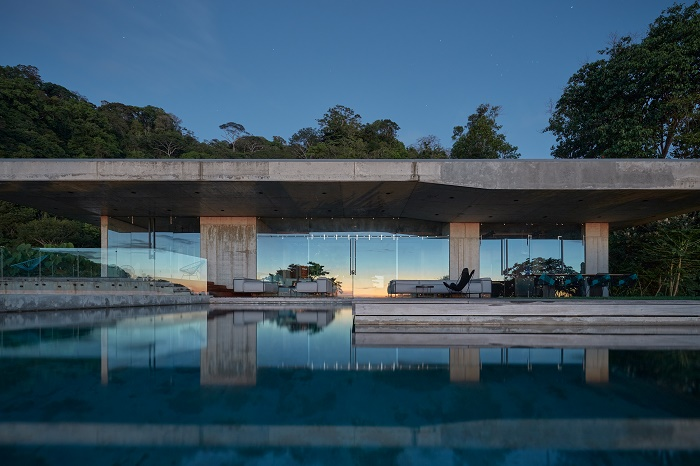 На закате дня в окнах отражается живописный пейзаж, а в бассейне – сама резиденция (Art Villa, Коста-Рика). | Фото: homeitalia.com.