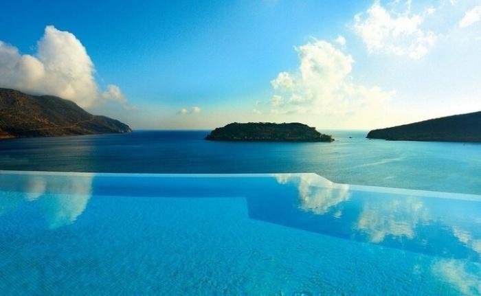 В этом бассейне привлекает не только прозрачно-голубая вода (Blue Palace, Греция). | Фото: vova-91.livejournal.com.