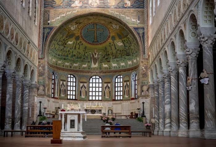 В старинном храме можно увидеть примеры многих художественных стилей (The Basilica of Sant'Apollinare Nuovo, Италия). | Фото: orthodoxographia.com.