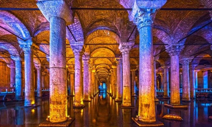 Цистерна Базилика — одно из самых крупных древнейших подземных водохранилищ мира, имеющих высокую культурную ценность (Стамбул, Турция). | Фото: realestateallturkey.com.