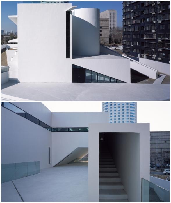 Футуристические формы бетонных архитектурных элементов ультрасовременного детского сада у многих вызывают недоумение (Wujiachang Kindergarten, Пекин).