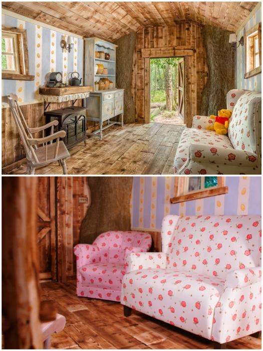 Зона гостиной в домике Винни-Пуха (Эшдаунский лес, Великобритания).