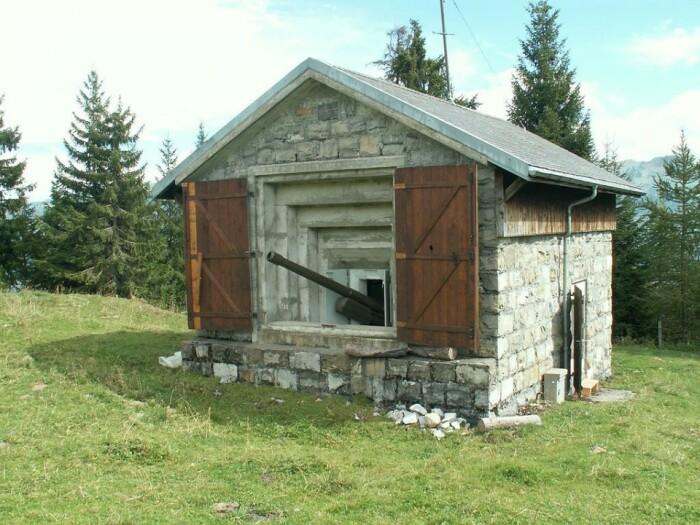 В любой момент артиллерийское орудие могло дать отпор захватчикам (Fake Chalets, Швейцария). | Фото: mytechnologyworld9.blogspot.com.
