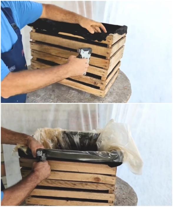 С помощью мебельного степлера сначала закрепляем черный спанбонд,  а затем и пленку.