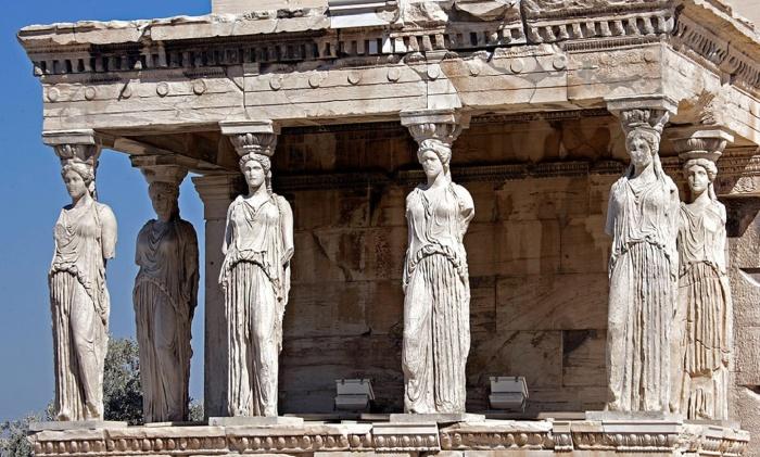 Портик храма Эрехтеум с шестью кариатидами до сих пор остается одним из отличительных элементов архитектуры древности (Афины, Греция). | Фото: greekislandyachtholiday.com.