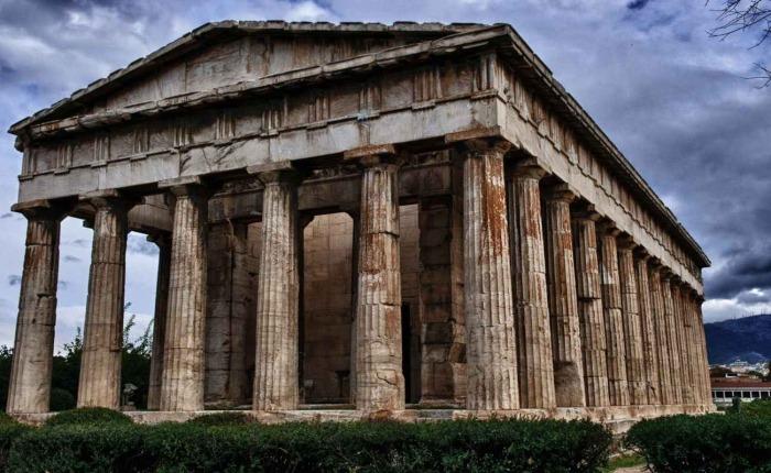 Конструктивно – это периптеральный храм, созданный в стиле дорийского ордера, ширина которого достигает 13,71 м, а длина – 31,78 метра (Гефестейон, Греция). | Фото: theplacement.ru.