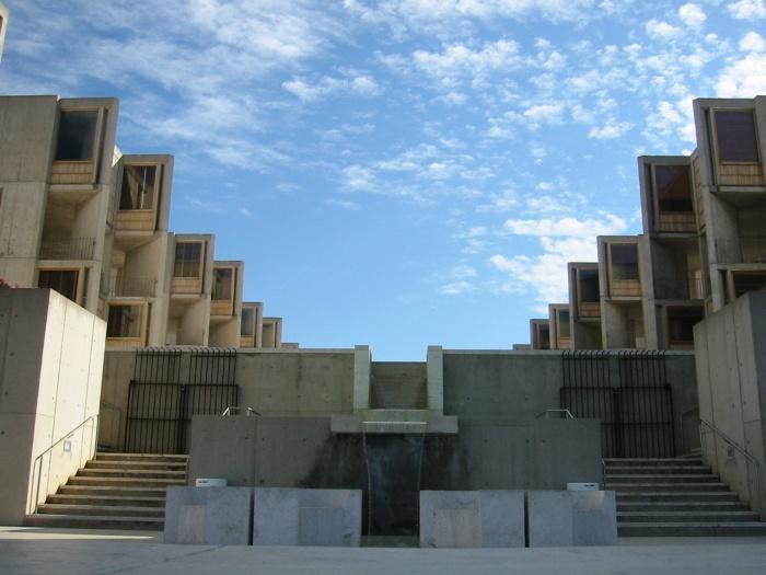 Монументальность и симметричность присущи всему архитектурному ансамблю Salk Institute for Biological Studies (Калифорния, США). | Фото: designdeluxegroup.com.