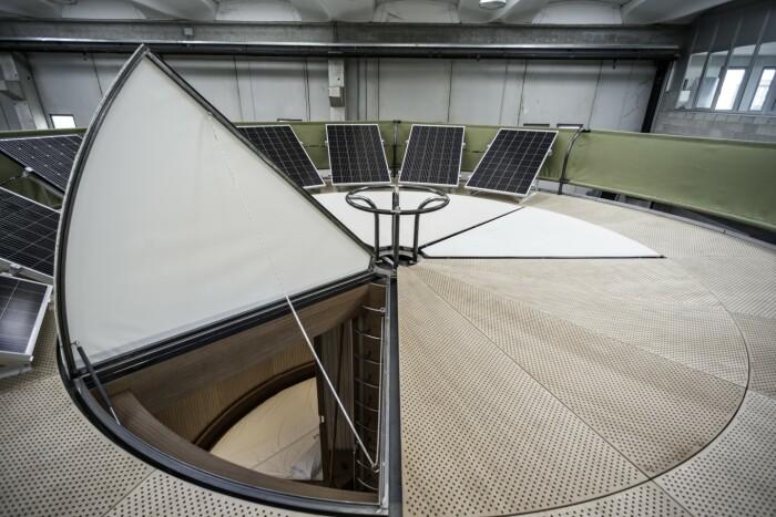 На крыше домика обустроена терраса с зоной отдыха, установлены солнечные панели и система сбора дождевой воды (концепт Casa Ojala').   Фото: noithatphongthuy.info.