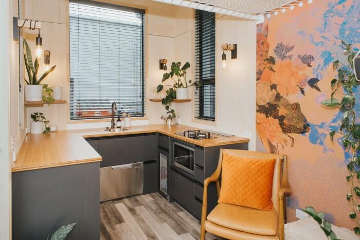 Сразу за дверью мини-апартаментов расположена гостиная, украшением которой стали обои с восточными мотивами (Autumn, Новая Зеландия). | Фото: onenewspage.com.