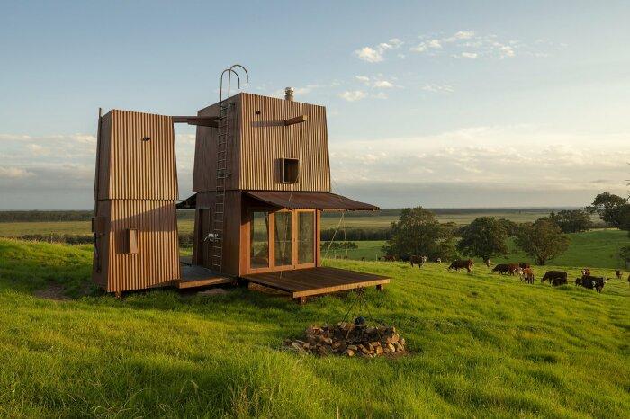 Когда владельцы приезжают на отдых, двухбашенный домик преображается и становится похожим на распустившийся цветок (Permanent Camping-2, Австралия). | Фото: newatlas.com.