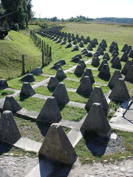 Бетонные блоки, установленные на стратегически важных участках, превратились в туристическую достопримечательность (Toblerone lines, Швейцария). | Фото: blog.tagesanzeiger.ch.