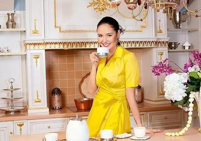 Ляйсан на кухне дома в Мытищах, который решили продать, чтобы купить на Рублевке особняк. | Фото: muzhyazheny.ru.