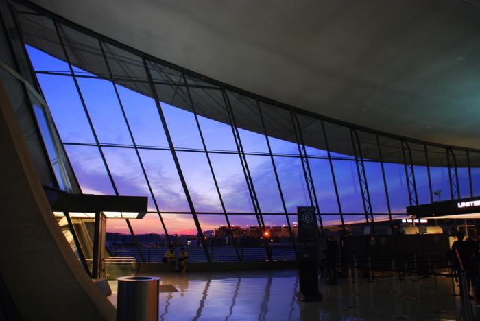 Внутреннее пространство аэровокзала повторяет очертание изящно изогнутых линий крыши (Dulles International Airport, США). | Фото: washingtoncitypaper.com.