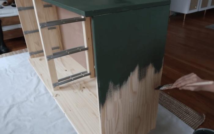После высыхания 1-2 слоев грунтовки можно вскрывать поверхности краской нужного тона.   Фото: cpykami.ru.