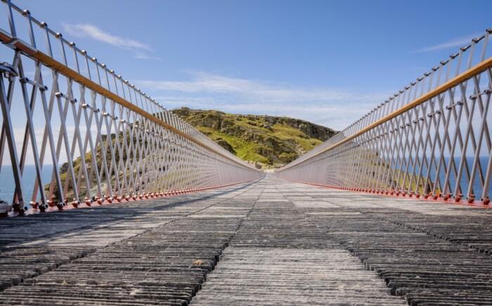 Пешеходное полотно моста создано из 40 тыс. сланцевых плиток (Tintagel Castle bridge, Великобритания).   Фото: newatlas.com.