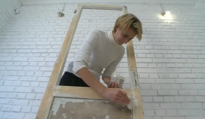 Все изъяны на деревянной поверхности нужно тщательно замаскировать. | Фото: © Дневник декоратора.