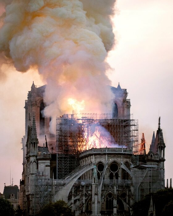 Разрушительный огонь 5 апреля 2019 г. поразил главный шпиль Собора Парижской Богоматери (Франция). | Фото: amarok-man.livejournal.com.