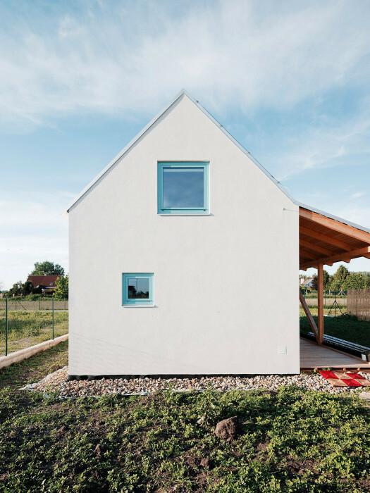 За неприметным фасадом прячется интересное оформление внутреннего пространства и не только (IST, Словакия).   Фото: jrkvc.sk.