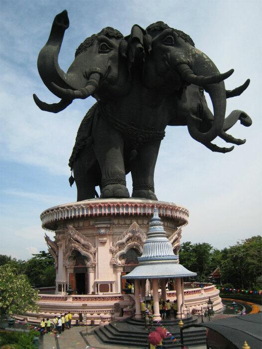 Внутри трехглавого слона имеются залы с экспозицией (The Erawan museum, Бангкок). | Фото: thailand-alunrhys.com.