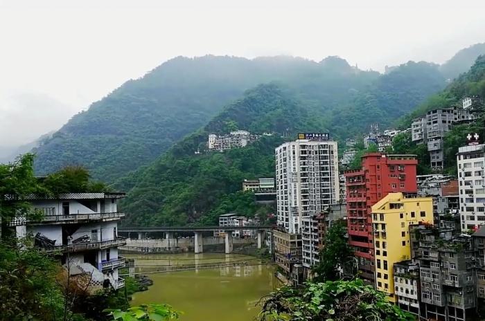 Город Яньцзинь расположен на живописных склонах ущелья (Китай). | Фото: vashurok.ru.