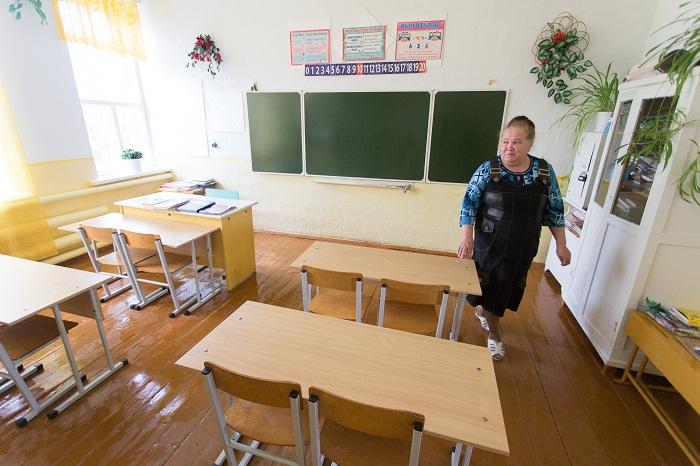 В деревенской школе всего три класса, в которых учатся четверо детей (Султаново, Челябинская область).