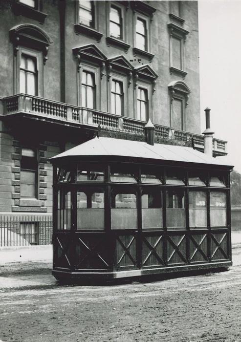 В 1875 году на тротуарах Лондона появилась первая зеленая избушка, которая спасала от холода, дождя и зноя извозчиков (Cab Shelter).   Фото: thevintagenews.com.