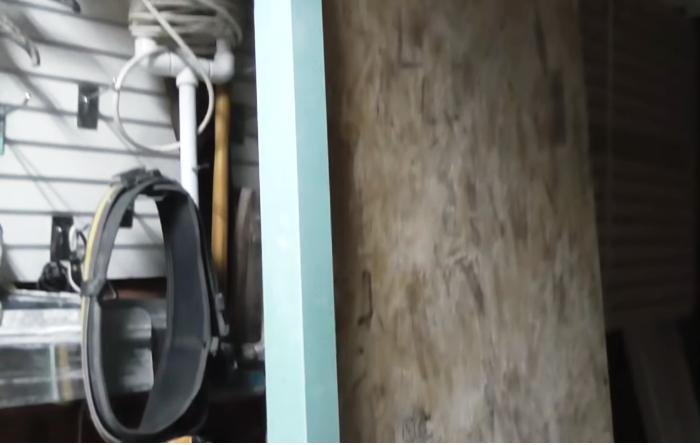 Для жесткости рабочей поверхности с обратной стороны гипсокартона мастер приклеил плиту OSB-3 толщиной 12 мм. | Фото: youtube.com.
