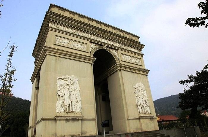 Копия Триумфальной арки в «Парке мира» Хуаси.