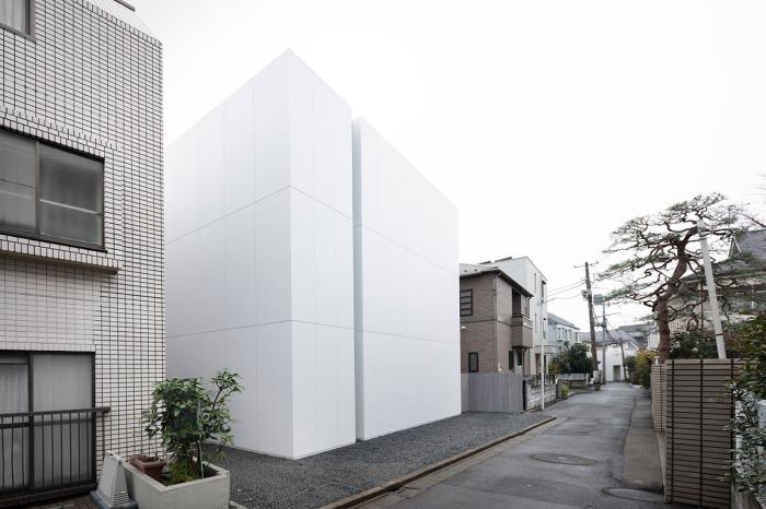 В одном из тихих районов Токио дизайнерская студия Nendo создала «Лестничный дом», который с одной стороны больше похож на зарытый куб (Япония). | Фото: worldarchitecture.org.