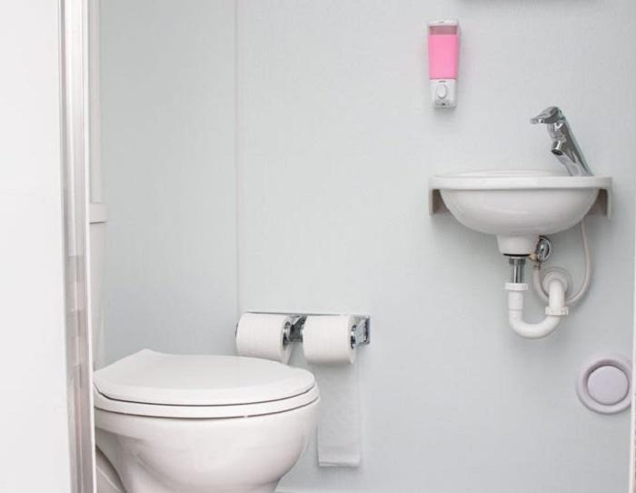На территории Alexandria Park Tiny Home Village предусмотрено размещение нескольких санузлов и душевых комнат. | Фото: businessinsider.com.au.