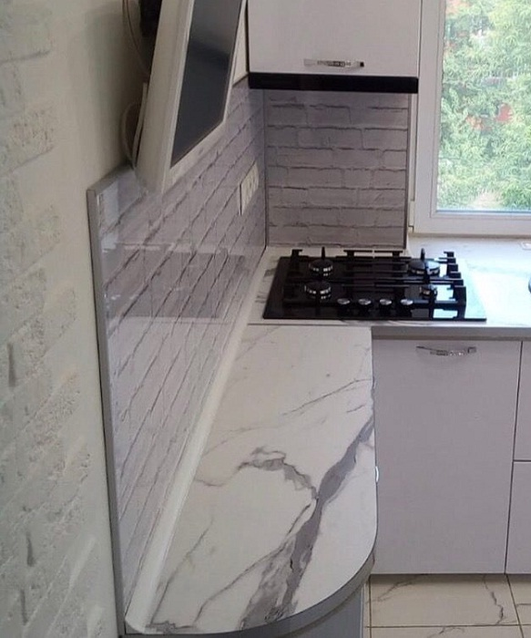 Разделочная поверхность возле плиты.