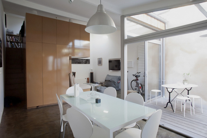 Благодаря панорамным окнам, отделяющим патио от жилой зоны в доме стало очень светло. | Фото: archive.nytimes.com.