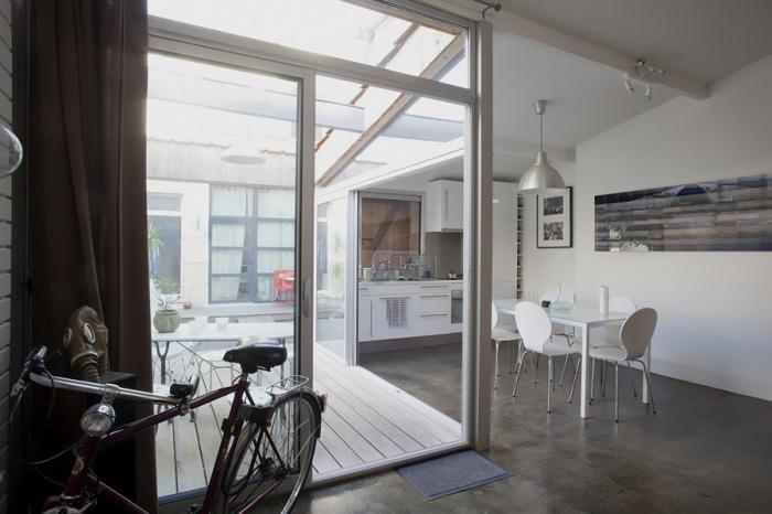 Стеклянные раздвижные двери и панорамные окна отделяют зону патио от основного жилого помещения. | Фото: archive.nytimes.com.