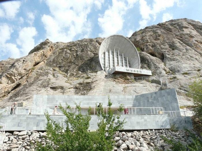 На склоне скалы расположен Историко-этнографический музей на горе Сулайман-Тоо (Киргизия.