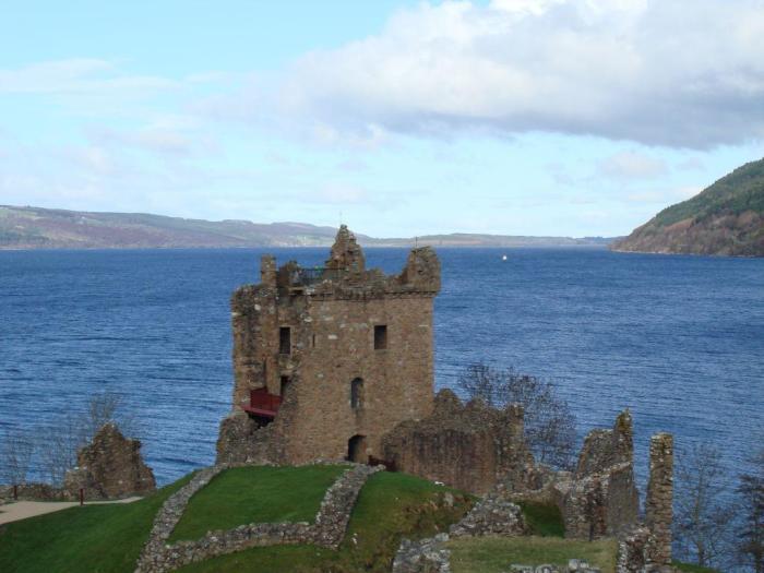 Отправляясь на озеро Loch Ness, не ищите чудовище, а наслаждайтесь окружающей природой (руины замка Уркухарт, Шотландия). | Фото: ticketforplane.ru.