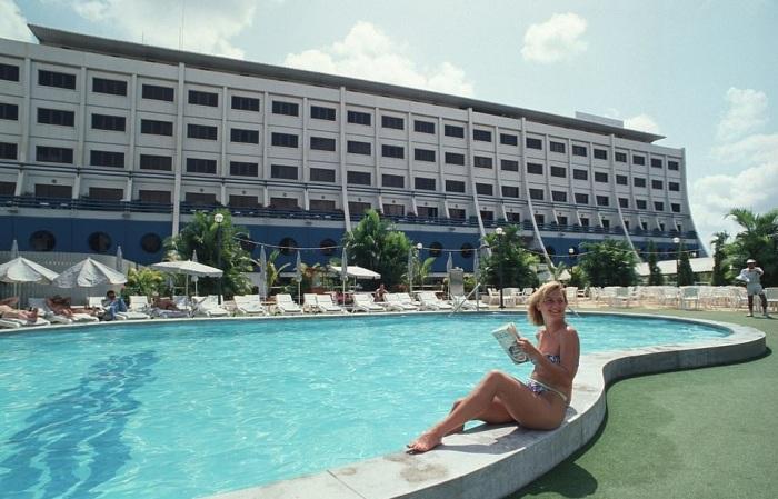 В Сайгоне плавучий отель превратился в самое популярное место, как для отдыха туристов, так и для местных любителей тусовок. | Фото: dailymail.co.uk.