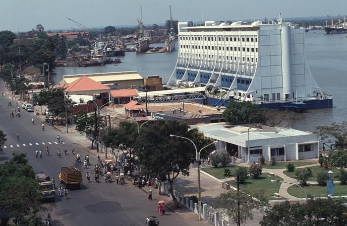 Плавучий отель был пришвартован в центре города Хошимин на берегу реки Сайгон, там он стал известен как «поплавок». | Фото: blogs.worldbank.org.
