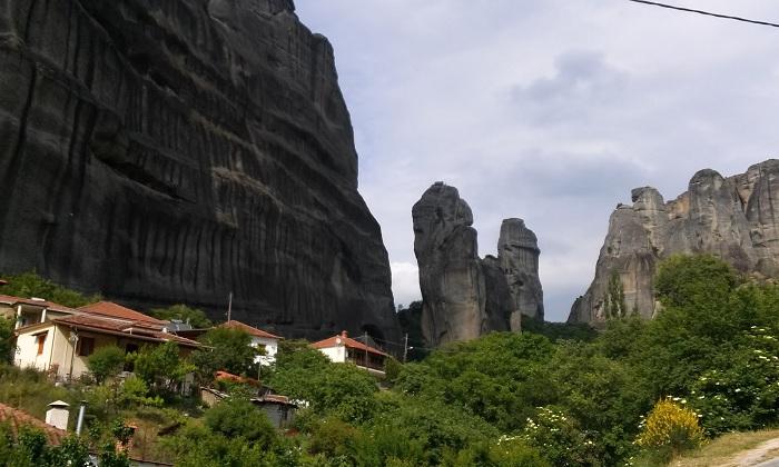 Город Каламбака расположен в живописном месте Греции.
